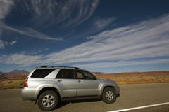 Argento SUV che guida nell'Utah. fotografie stock