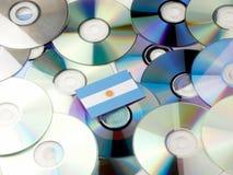 Argentyńska flaga na górze cd i DVD stosu odizolowywającego na bielu Obraz Royalty Free