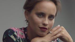 Argentyńska kobieta z bławymi zielonymi oczami w studiu zdjęcie wideo