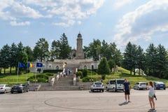 Arges,罗马尼亚- 2017年8月15日:参观英雄陵墓的游人位于在Mateias小山 纪念碑致力 免版税图库摄影
