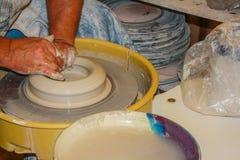 Argila crafting e moldando da roda de oleiro Foto de Stock Royalty Free