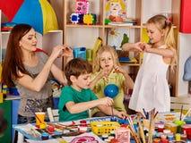 Argila de modelagem da massa de modelar na classe das crianças O professor ensina na escola Imagens de Stock Royalty Free