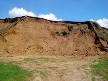 Argila e céu da pedreira imagem de stock