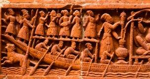 A argila fez figuras humanas antigas com a fotografia do fundo do barco Fotografia de Stock Royalty Free