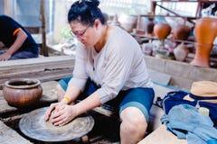 Argila moldando da mulher na roda da cerâmica imagem de stock royalty free