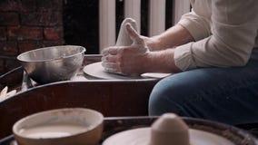 Argila moldando da pessoa do Ceramist no estúdio da oficina pequena filme