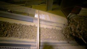 Argila que move sobre o transporte na planta de mineração moderna Tiro do slider vídeos de arquivo