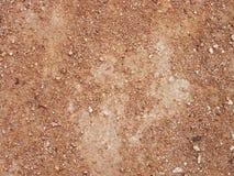 Argila vermelha seca com fundo textured pedras Fotos de Stock