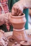 Argile de bâti avec des mains Images stock