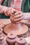 Argile de bâti avec des mains Photographie stock