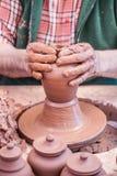 Argile de bâti avec des mains Image stock