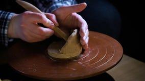 Argile de poignées d'outils spéciaux de potier Cruche principale Le processus créatif dans le studio Roue tordue du ` s de potier banque de vidéos