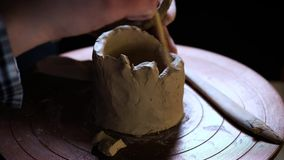 Argile de poignées d'outils spéciaux de potier Cruche principale Le processus créatif dans le studio Roue tordue du ` s de potier clips vidéos