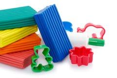Argile et coupeurs colorés Image stock