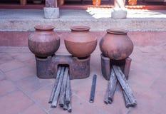 Argile gigantesque de vintage ou pot à cuire en céramique Photo libre de droits