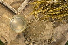 Argile, paille, eau et moulage pour la brique d'adobe Images libres de droits