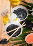 Argile thérapeutique noir de la mer morte dans des deux tasses Photos libres de droits
