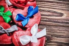 Argilla dei biglietti di S. Valentino dei cuori con gli archi colorati Fotografia Stock Libera da Diritti