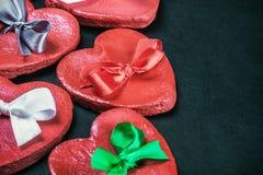 Argilla dei biglietti di S. Valentino dei cuori con gli archi colorati Fotografia Stock
