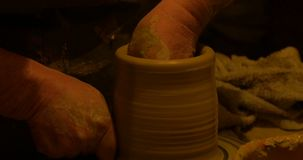 Argilla delle mani del vasaio video d archivio