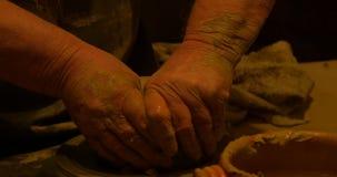 Argilla delle mani del vasaio stock footage