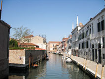 Argine con i pilastri lungo il canale a Venezia fotografia stock