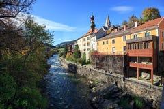 Argine del fiume della MUR nella caduta Murau, Stiria, Austria Immagini Stock Libere da Diritti