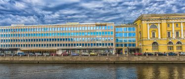 Argine del fiume, delle case e della riflessione di Fontanka in w Fotografia Stock