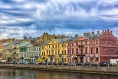 Argine del fiume, delle case e della riflessione di Fontanka in w Immagine Stock Libera da Diritti