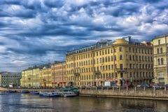 Argine del fiume, delle case e della riflessione di Fontanka in w Fotografie Stock Libere da Diritti