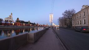 Argine del fiume di Mosca Moskva vicino al Cremlino, Russia archivi video