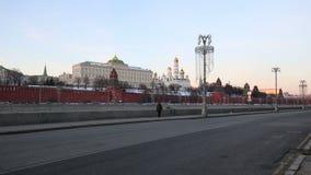Argine del fiume di Mosca Moskva vicino al Cremlino, Russia video d archivio