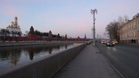 Argine del fiume di Mosca Moskva vicino al Cremlino, Russia stock footage