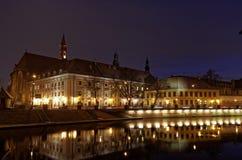 Argine del fiume di Odra a Wroclaw di notte Immagini Stock