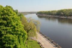 Argine del fiume di Sozh vicino all'insieme in Homiel', Bielorussia del parco e del palazzo Immagine Stock