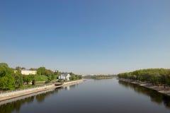 Argine del fiume di Sozh vicino all'insieme in Homiel', Bielorussia del parco e del palazzo Fotografie Stock