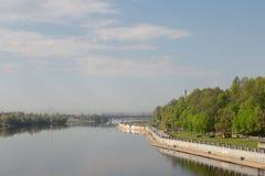 Argine del fiume di Sozh vicino all'insieme in Homiel', Bielorussia del parco e del palazzo Fotografia Stock