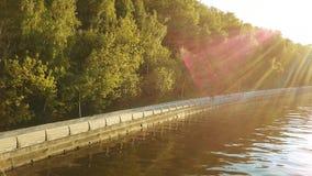 Argine del fiume e del parco di Mosca un giorno soleggiato stock footage