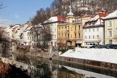 Argine del fiume in vecchia città di Transferrina, Slovenia Fotografie Stock