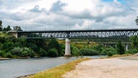 Argine del fiume Zezere, in Constancia, il Portogallo Fotografie Stock