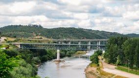Argine del fiume Zezere, in Constancia, il Portogallo Fotografia Stock