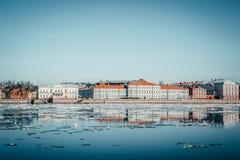 Argine del granito di St Petersburg, vista panoramica da Neva River su paesaggio urbano ed architettura della città, deriva del g fotografia stock libera da diritti