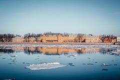 Argine del granito di St Petersburg, vista panoramica da Neva River su paesaggio urbano ed architettura della città, deriva del g fotografie stock libere da diritti