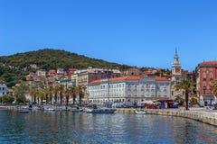 Argine del mare adriatico nella spaccatura, Croazia immagine stock