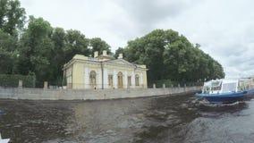 Argine del palazzo vicino al giardino di estate stock footage