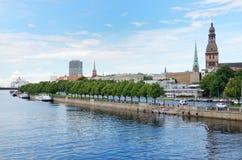 Argine del ` s di Daugava della città lettone Riga Immagine Stock