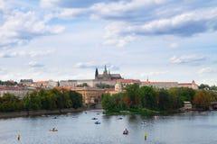 Argine della Moldava con la cattedrale di Vitus, Praga Fotografie Stock Libere da Diritti
