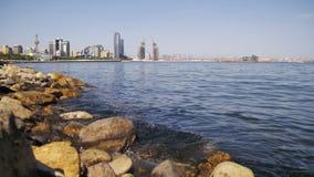Argine di Bacu, Azerbaigian Il mar Caspio, le pietre ed i grattacieli stock footage