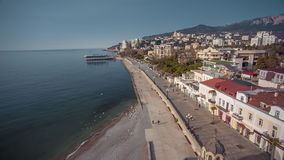 Argine di Jalta con fondo delle montagne della Crimea stock footage