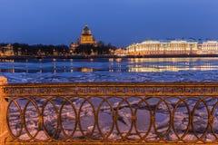 Argine di Neva, sera, St Petersburg immagine stock
